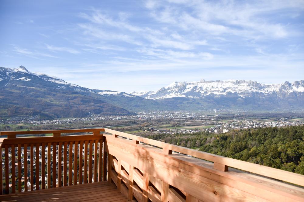 Ausflugstipp Walderlebnispfad Vaduz Liechtenstein Aussichtsplattform aus heimischen Föhren