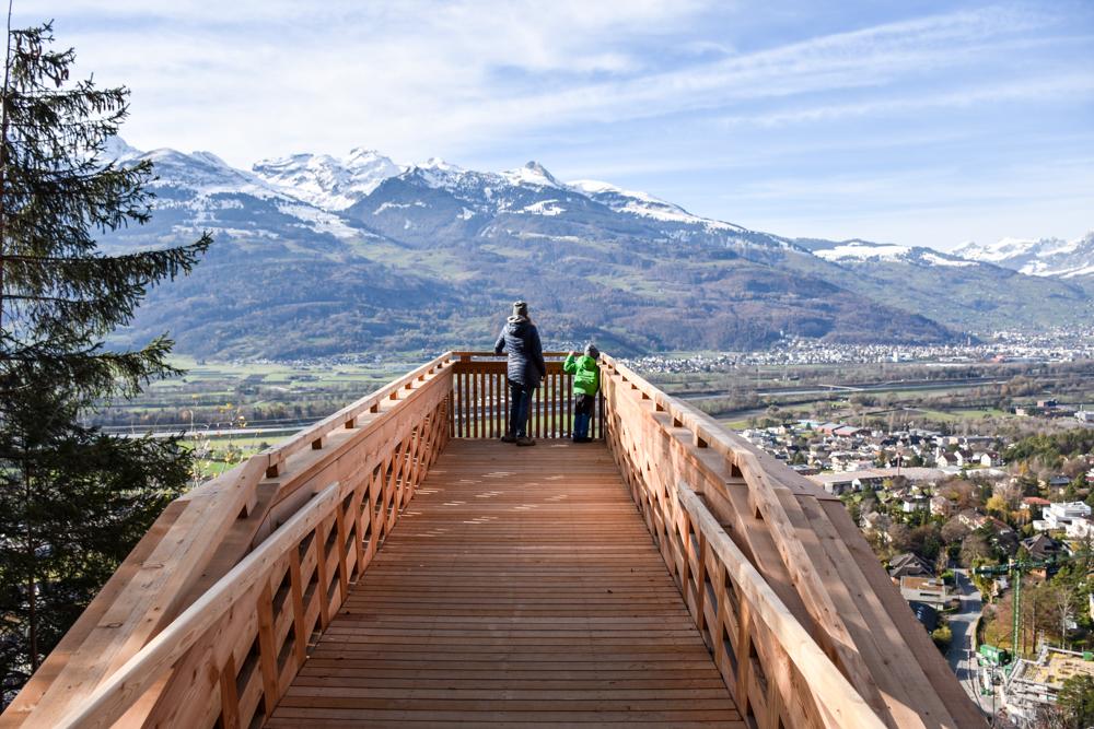 Ausflugstipp Walderlebnispfad Vaduz Liechtenstein Aussichtsplattform mit Blick über das Rheintal