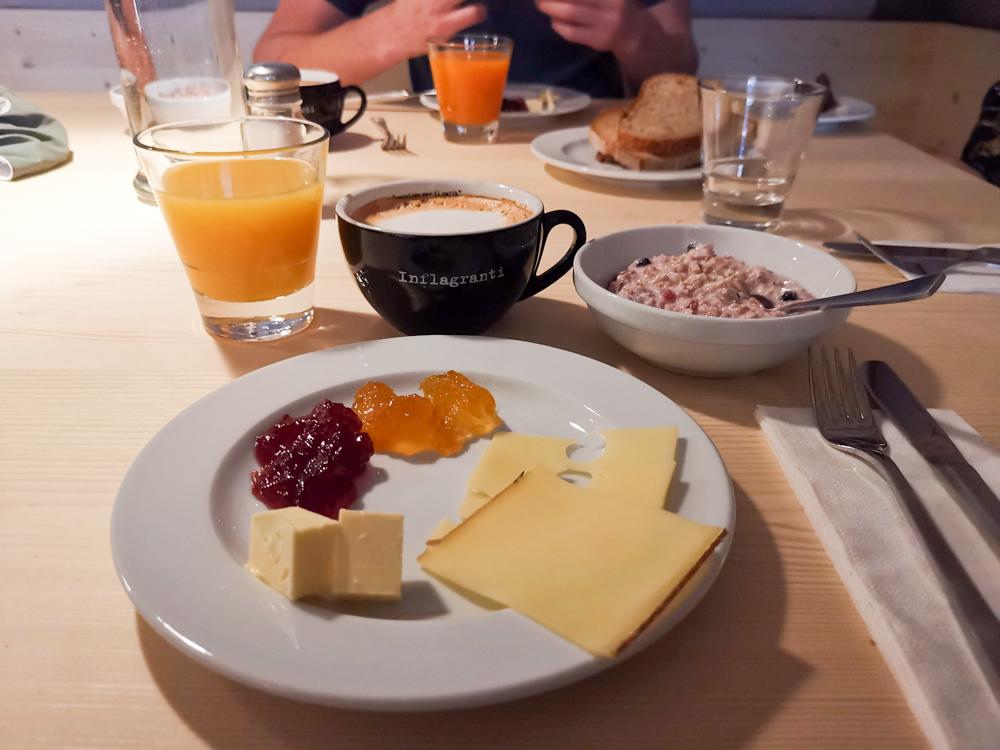 Winterweekend Laax wellnessHostel3000 Graubünden Schweiz Frühstück