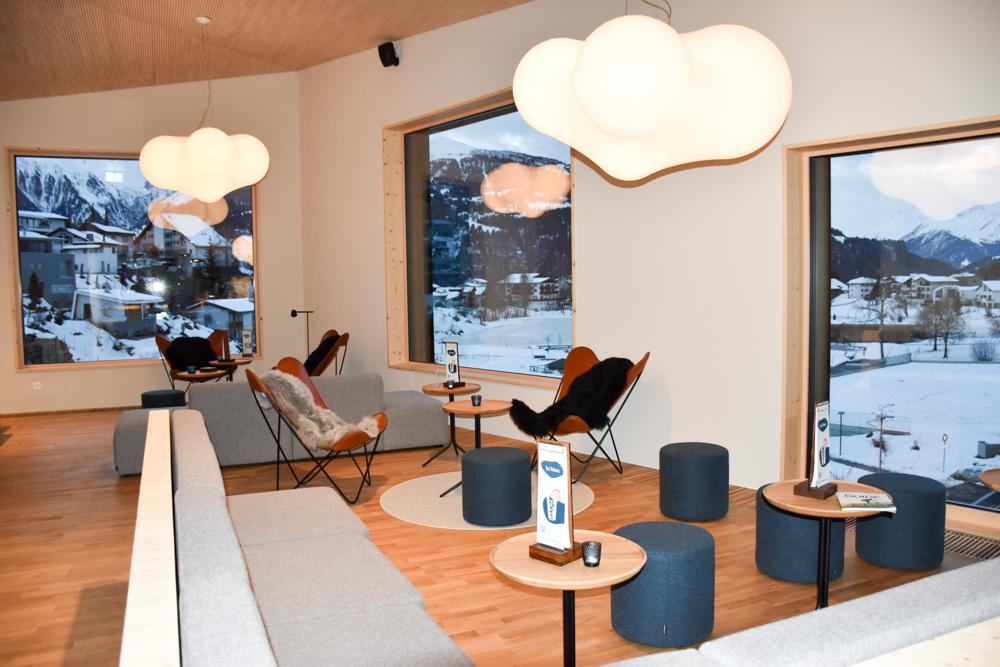 Winterweekend Laax wellnessHostel3000 Graubünden Schweiz stylische Lobby mit Blick auf Laax