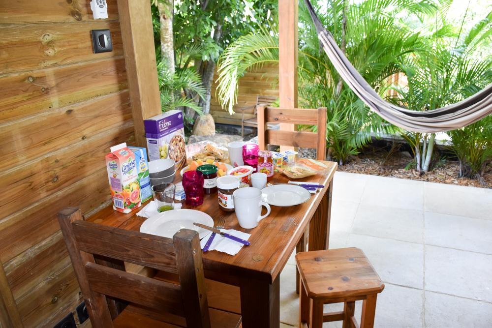Beste Unterkunft Guadeloupe Grande-Terre Iguana Ecolodge Saint-Francois Esstisch im Bungalow