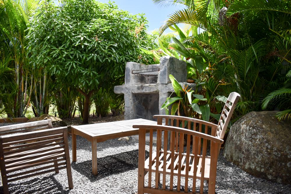 Beste Unterkunft Guadeloupe Grande-Terre Iguana Ecolodge Saint-Francois Grillplatz vor dem Bungalow