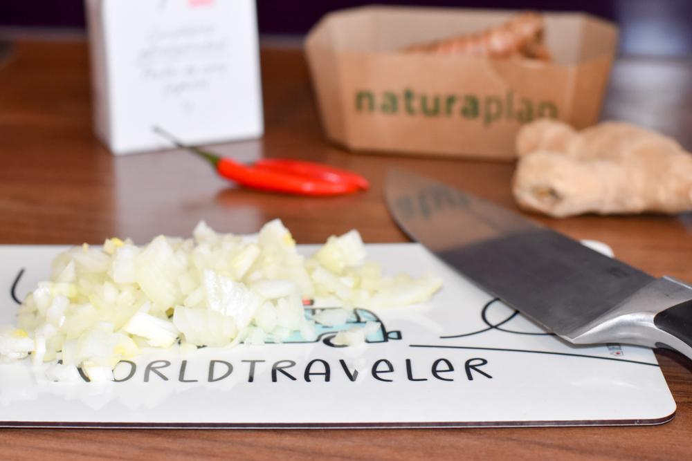 Internationales Rezept Chicken Curry Mauritius Zwiebel schneiden