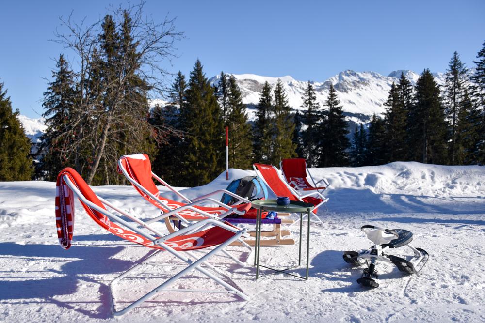 Winterwanderung Edelweiss-Rundweg Brambrüesch Graubünden Schweiz Edelweisshütte Liegestühle