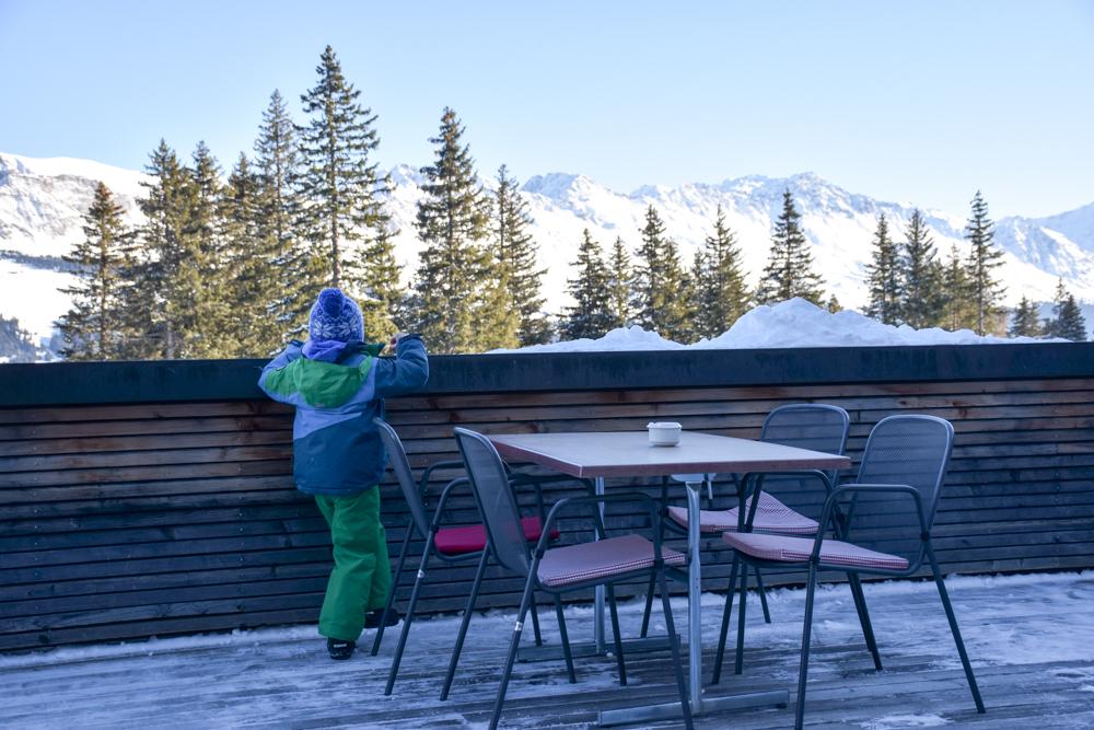 Winterwanderung Edelweiss-Rundweg Brambrüesch Graubünden Schweiz Edelweisshütte Terrasse