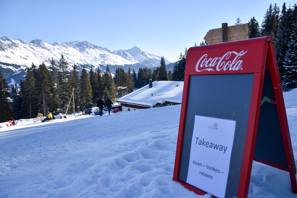 Winterwanderung Edelweiss-Rundweg Brambrüesch Graubünden Schweiz Takeaway Schild Edelweisshütte