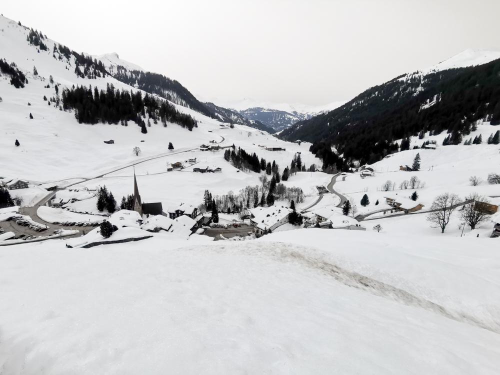 Ausflugstipp Winterwanderung Panoramaweg St. Antönien Pany Prättigau Graubünden Schweiz Blick auf St. Antönien