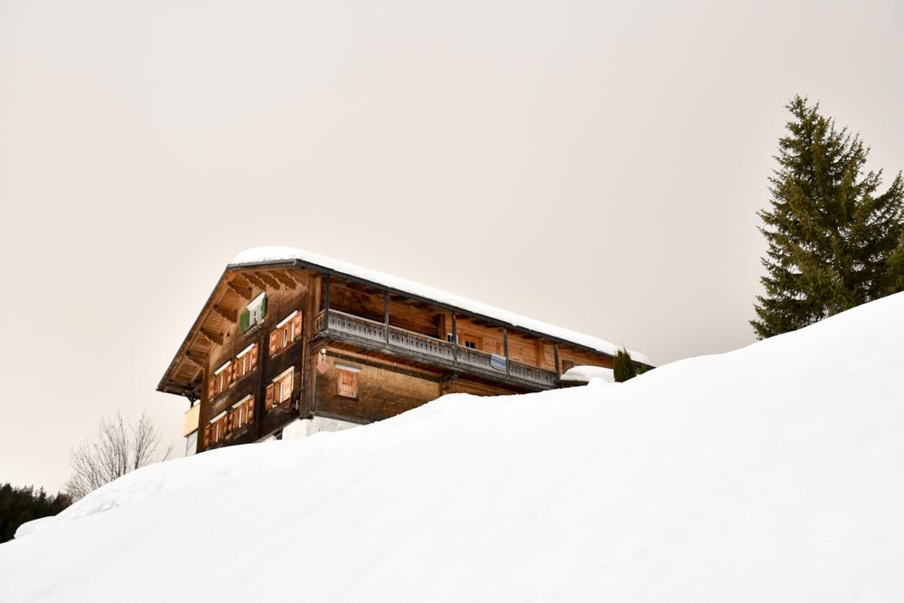 Ausflugstipp Winterwanderung Panoramaweg St. Antönien Pany Prättigau Graubünden Schweiz Holzhaus St. Antönien