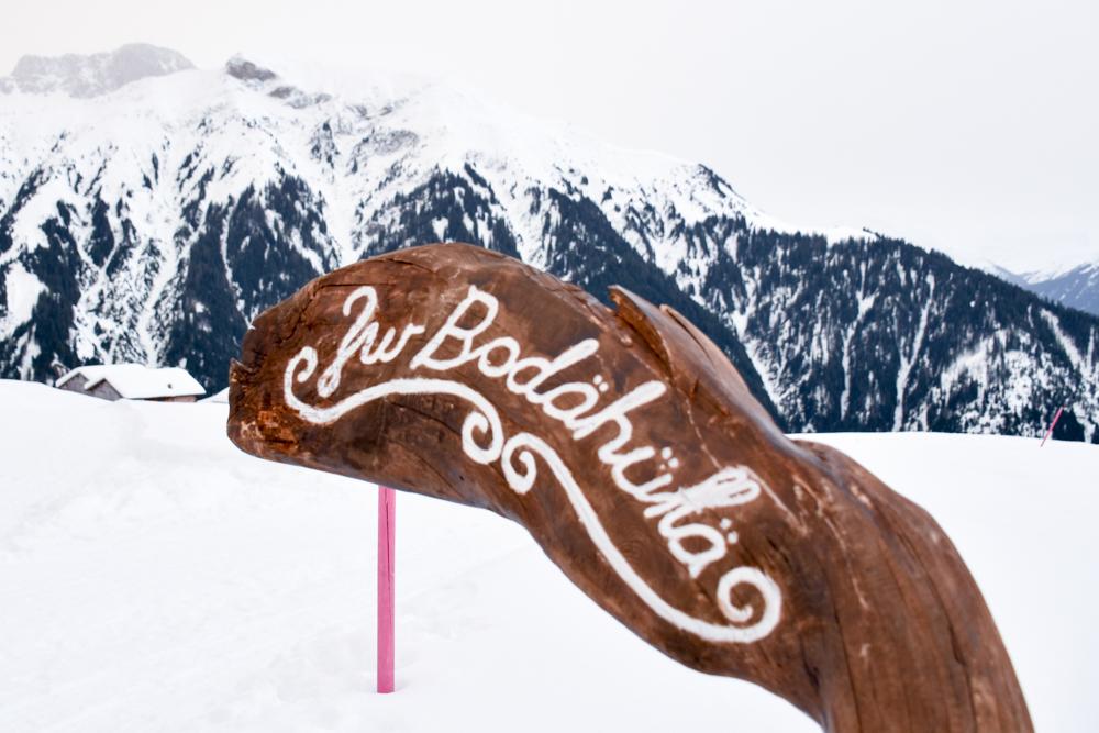 Ausflugstipp Winterwanderung Panoramaweg St. Antönien Pany Prättigau Graubünden Schweiz Wegweiser Bodahütte