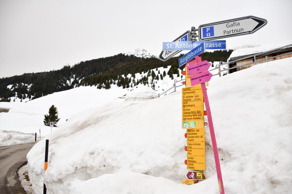 Ausflugstipp Winterwanderung Panoramaweg St. Antönien Pany Prättigau Graubünden Schweiz Wegweiser