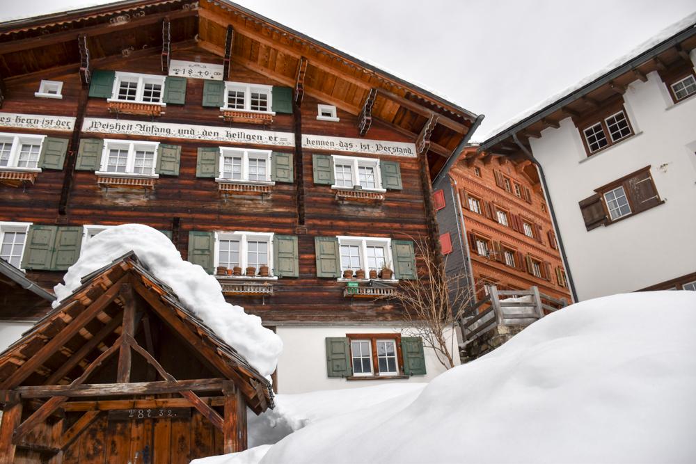 Ausflugstipp Winterwanderung Panoramaweg St. Antönien Pany Prättigau Graubünden Schweiz charmante Häuser in Pany