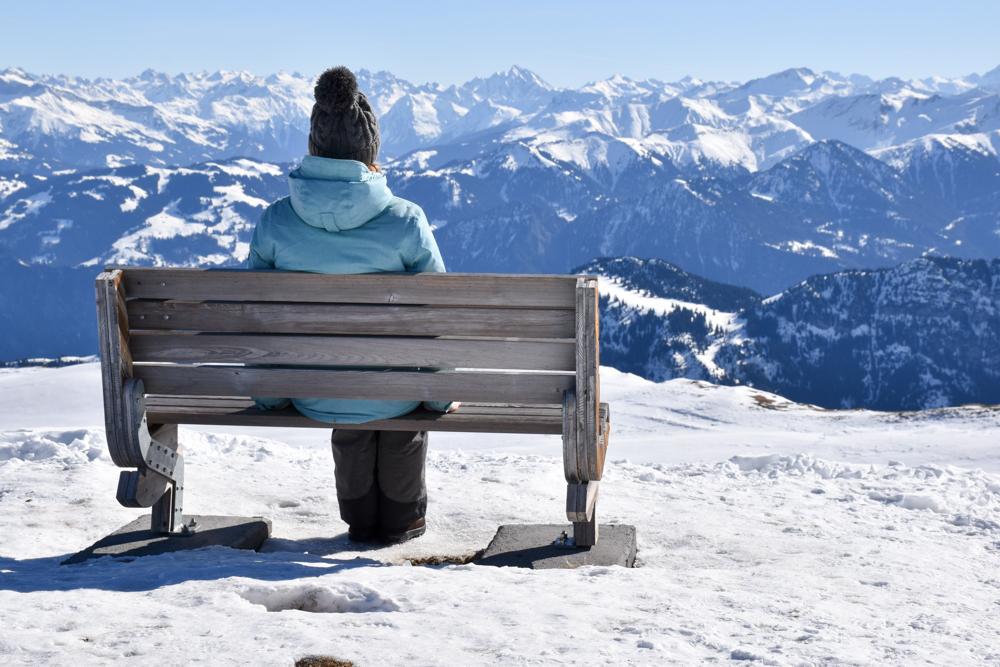 Pizol Panorama Höhenweg Winterwanderung Heidiland Schweiz Travel Sisi Esther Mattle geniesst das Bergpanorama