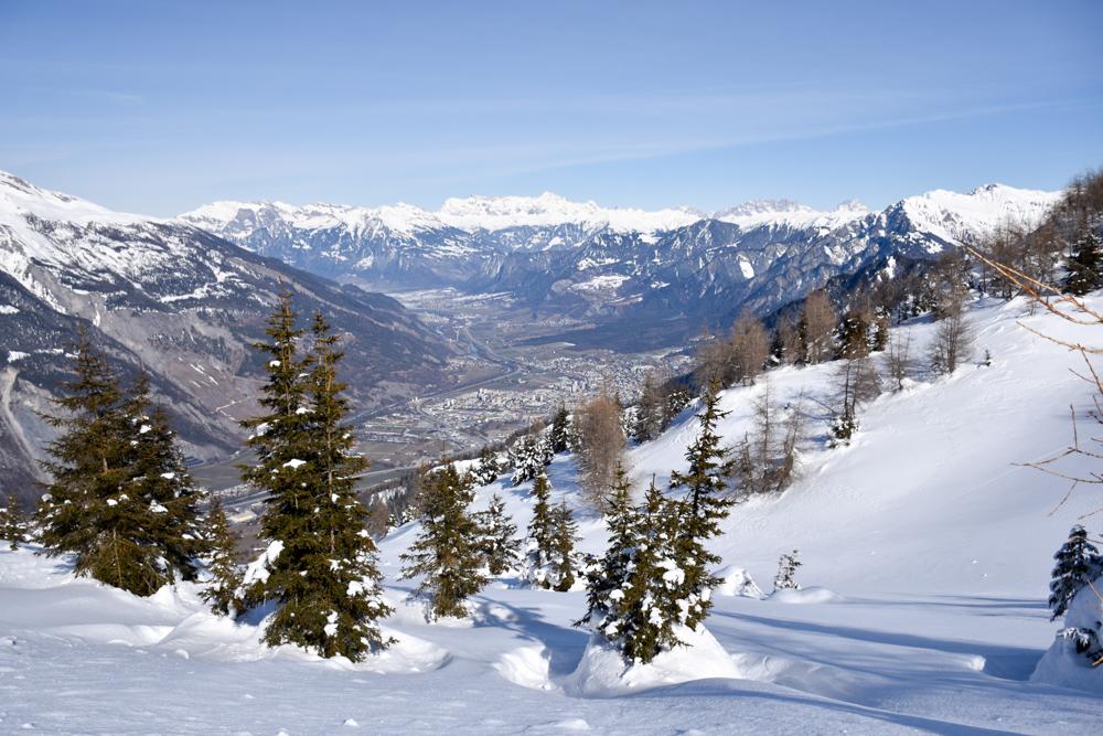 Winterwanderung Rundweg Feldis Viamala Graubünden Schweiz Blick auf die Bündner Hauptstadt Chur