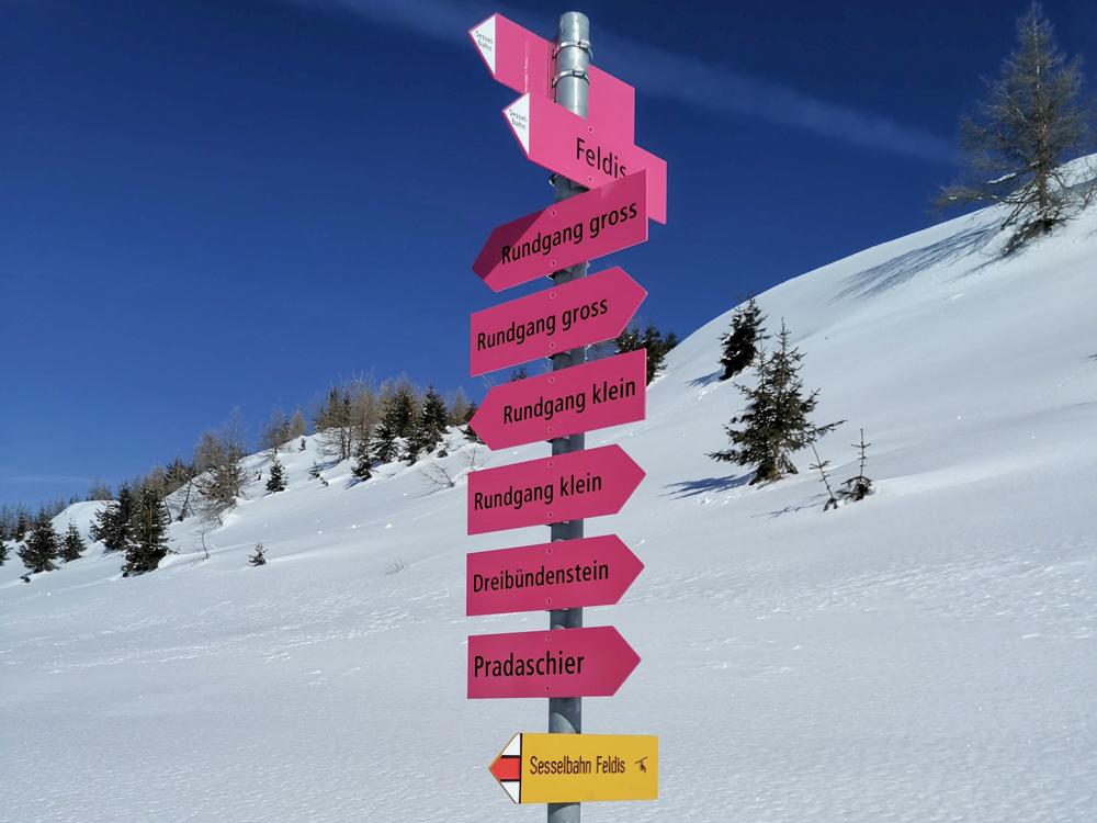 Winterwanderung Rundweg Feldis Viamala Graubünden Schweiz Wegweiser