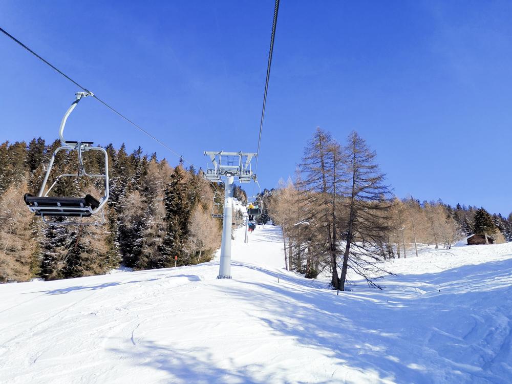 Winterwanderung Rundweg Feldis Viamala Graubünden Schweiz gemütliche Fahrt mit der Sesselbahn