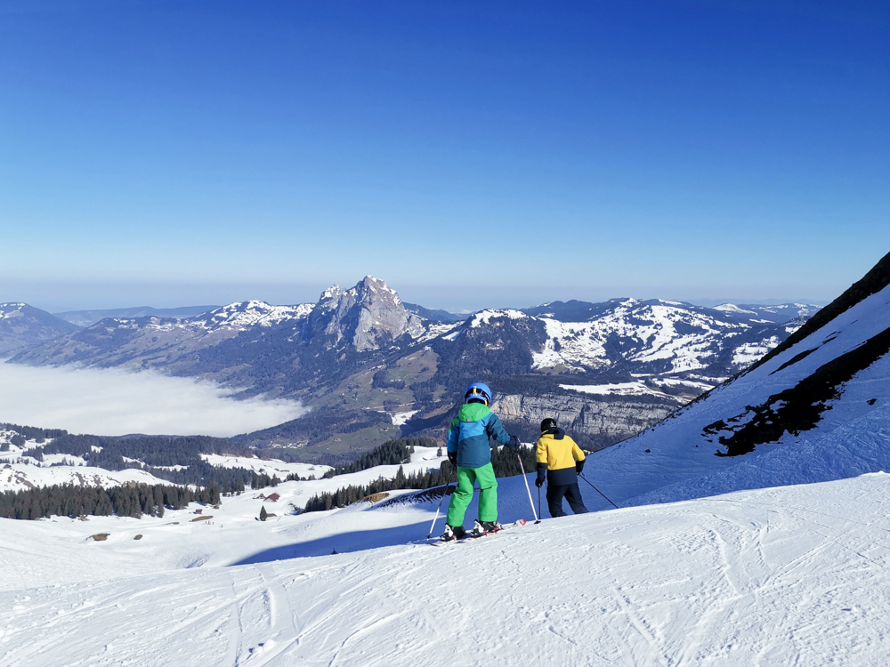 Familien-Skigebiet Stoos Schwyz Zentralschweiz Schweiz Skifahren mit Aussicht auf die Mythen