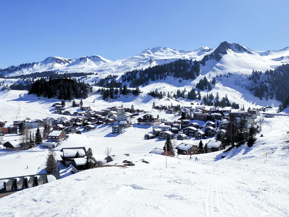 Familien-Skigebiet Stoos Schwyz Zentralschweiz Schweiz Blick auf das idyllische Bergdorf