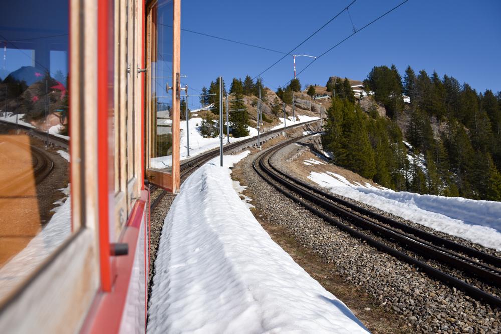 Winterwanderung Rigi Ausflug Familie Zentralschweiz Rigibahn fährt auf Rigi Kulm