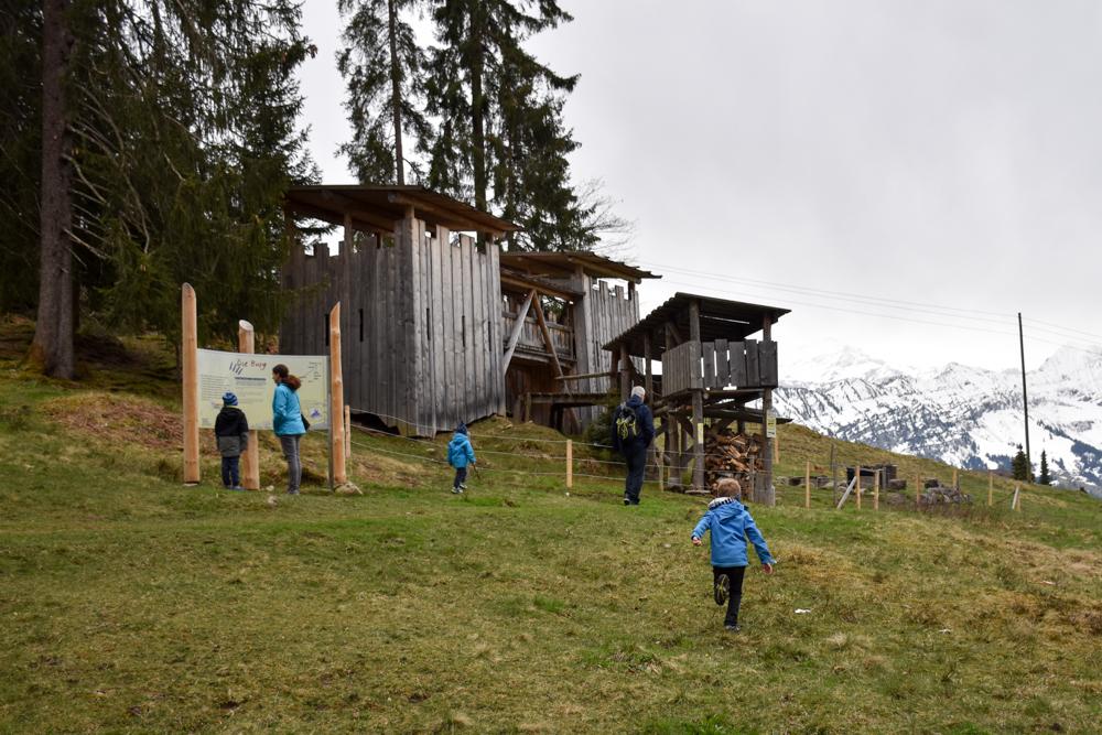 Interlaken Berner Oberland Schweiz mit Kind Burgspielplatz auf dem Beatusweg