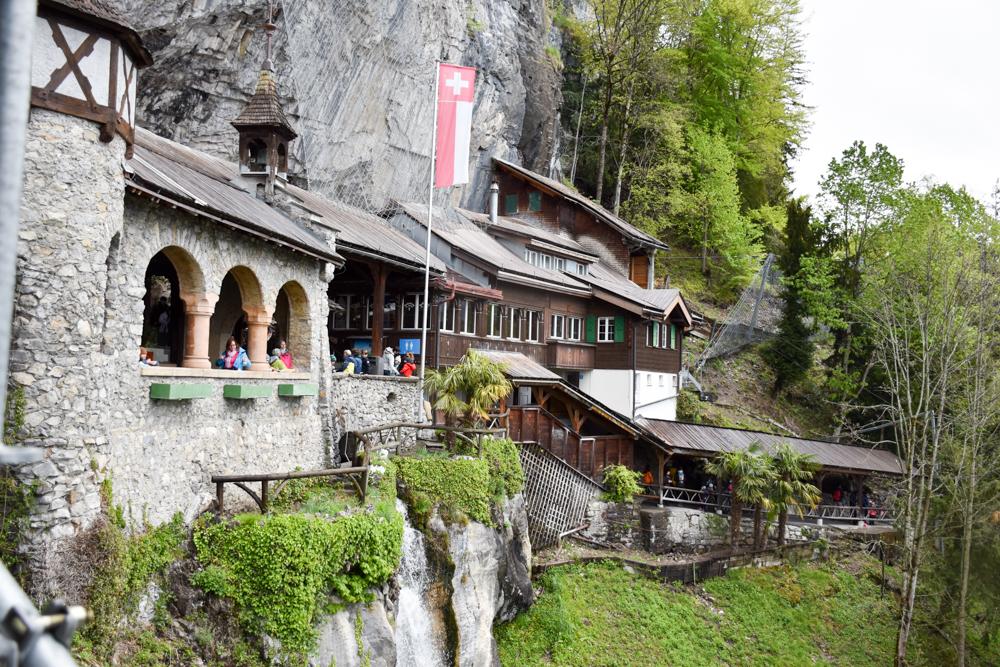 Interlaken Berner Oberland Schweiz mit Kind Eingang zu den St. Beatus Höhlen