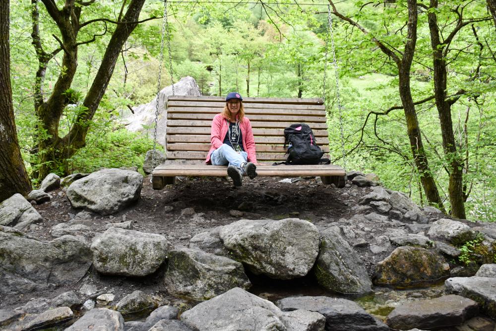 Ausflugstipp Tessin Kugelbahn Wanderung BoBosco Verzascatal Schweiz Sitzbank