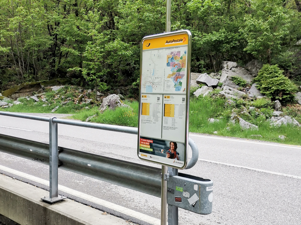 Ausflugstipp Tessin Kugelbahn Wanderung BoBosco Verzascatal Schweiz Bushaltestelle