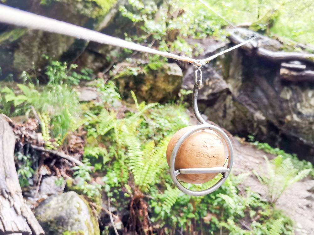 Ausflugstipp Tessin Kugelbahn Wanderung BoBosco Verzascatal Schweiz Kugel über Bach transportieren