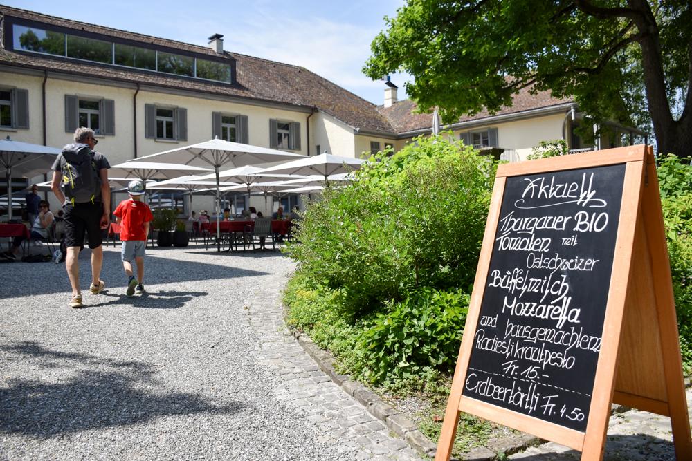 Familienroute Bodensee Rhein Bad Ragaz bis Schaffhausen Fahrradtour Schweiz Bistro Schloss Arenenberg