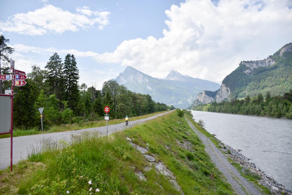 Familienroute Bodensee Rhein Bad Ragaz bis Schaffhausen Fahrradtour Schweiz Etappe 1 am Rheinufer