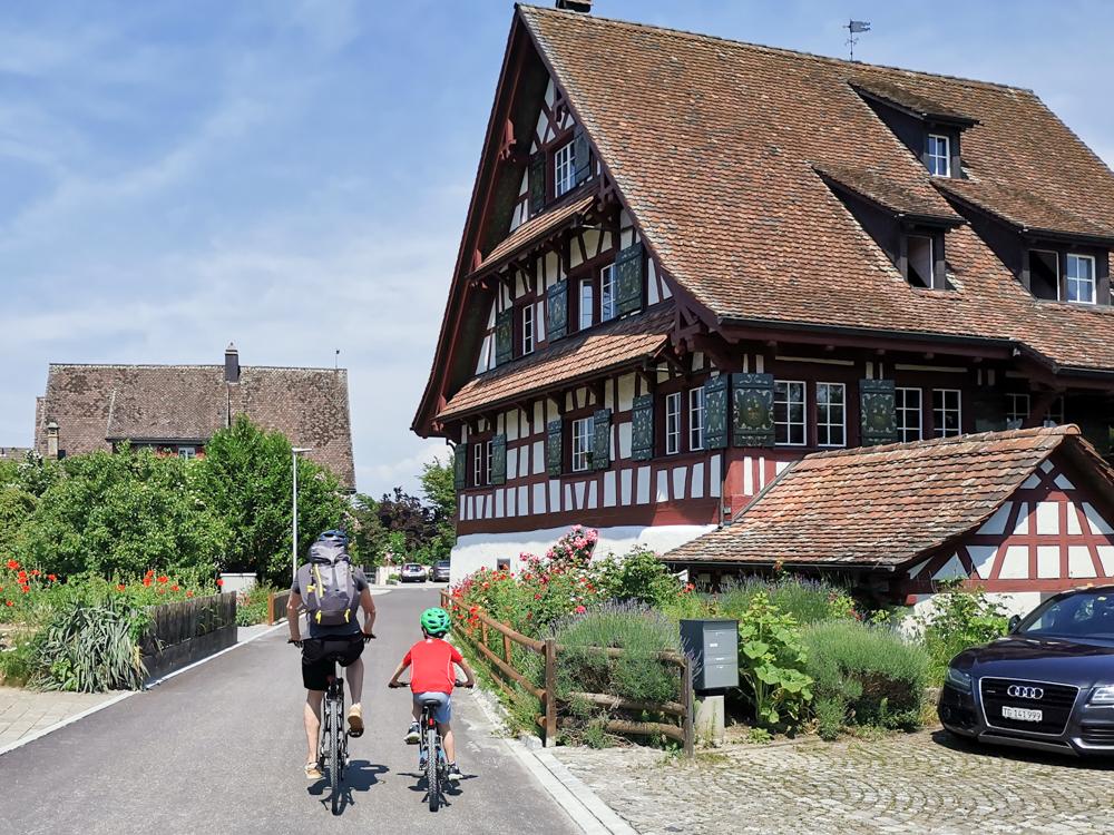 Familienroute Bodensee Rhein Bad Ragaz bis Schaffhausen Fahrradtour Schweiz hübsche Häuser Ermattingen