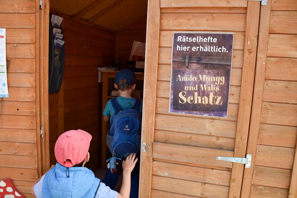 Themenwanderung Walensee Betlis Schweiz Amdo Mungg und Walis Schatz Rätstelheft abholen