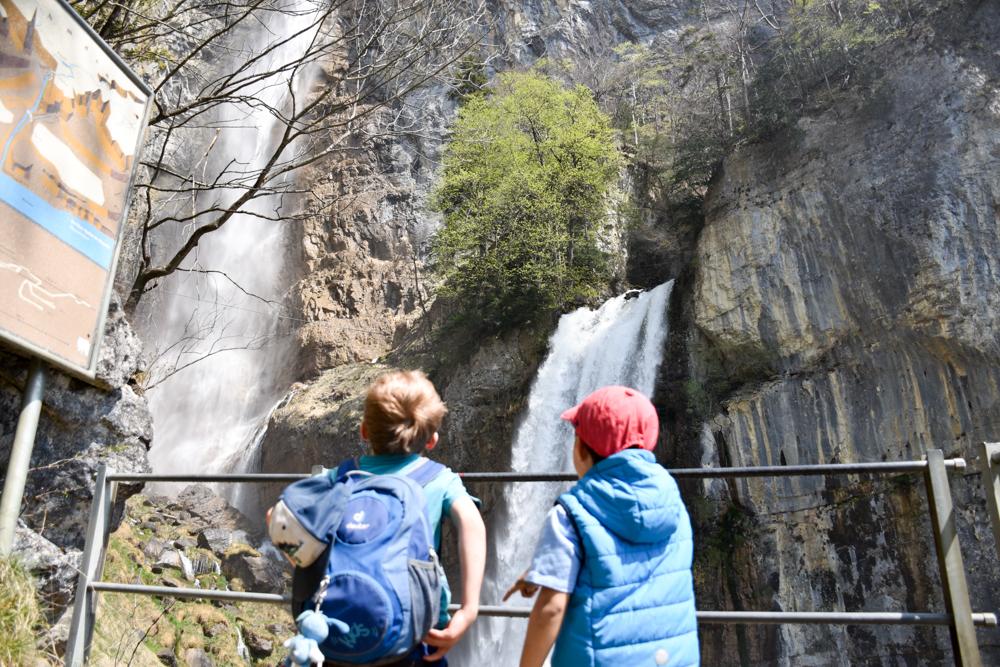 Themenwanderung Walensee Betlis Schweiz Amdo Mungg und Walis Schatz Staunen beim Seerenbachfall