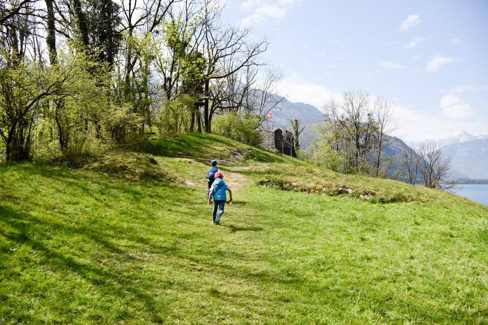 Themenwanderung Walensee Betlis Schweiz Amdo Mungg und Walis Schatz motiviert zur Burg Strahlegg