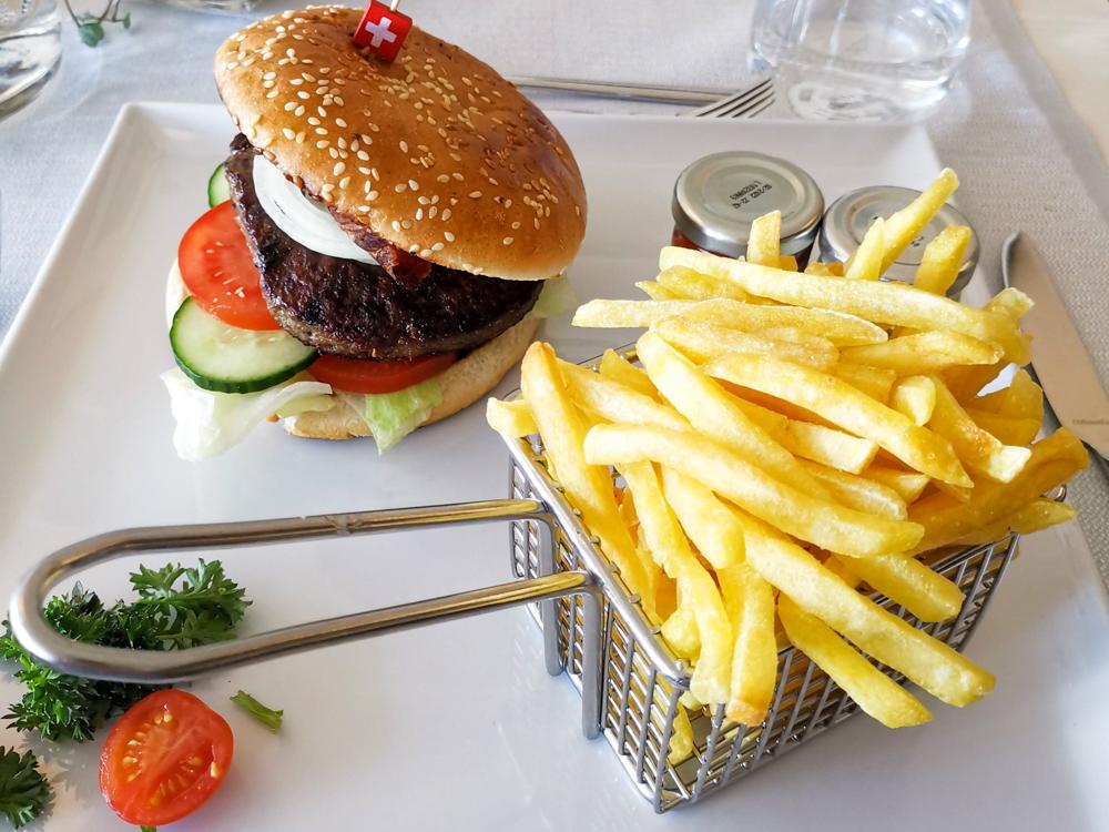 Unterkunftstipp Hotel Dorint Blüemlisalp Beatenberg Interlaken Schweiz Burger im Restaurant