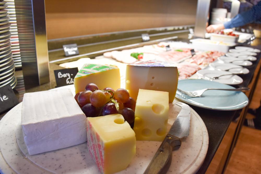 Unterkunftstipp Hotel Dorint Blüemlisalp Beatenberg Interlaken Schweiz Frühstücksbuffet Käse