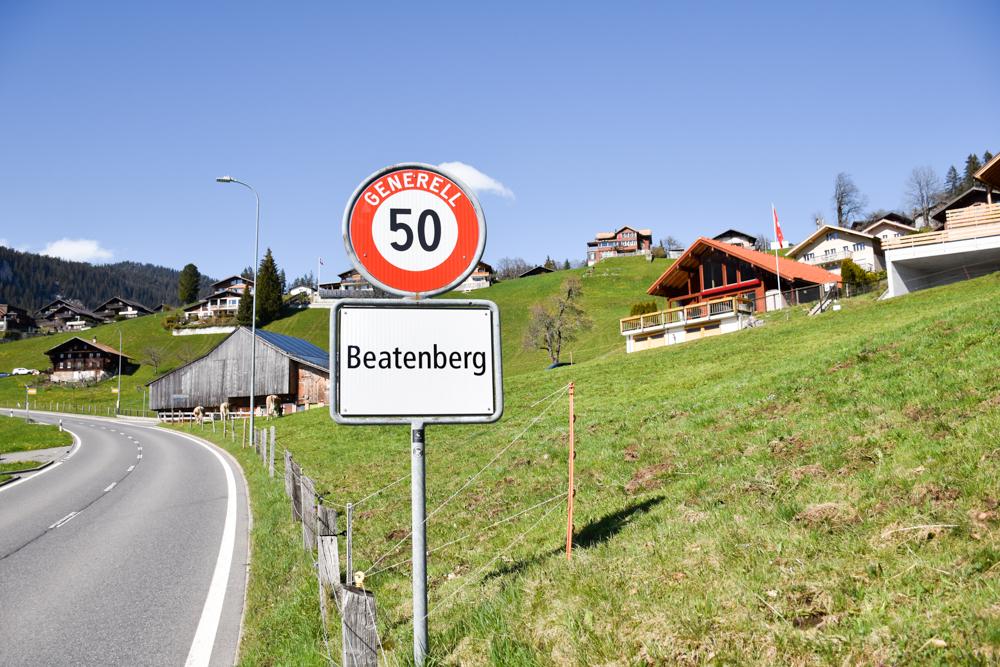 Unterkunftstipp Hotel Dorint Blüemlisalp Beatenberg Interlaken Schweiz Schild Dorfeingang