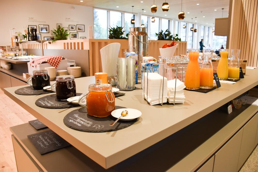 Hoteltipp JUFA Hotel Savognin Graubünden Schweiz Säfte und Marmelade Frühstücksbuffet