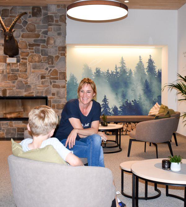 Hoteltipp JUFA Hotel Savognin Graubünden Schweiz Travel Sisi Esther Mattle und Sohn in der Lobby