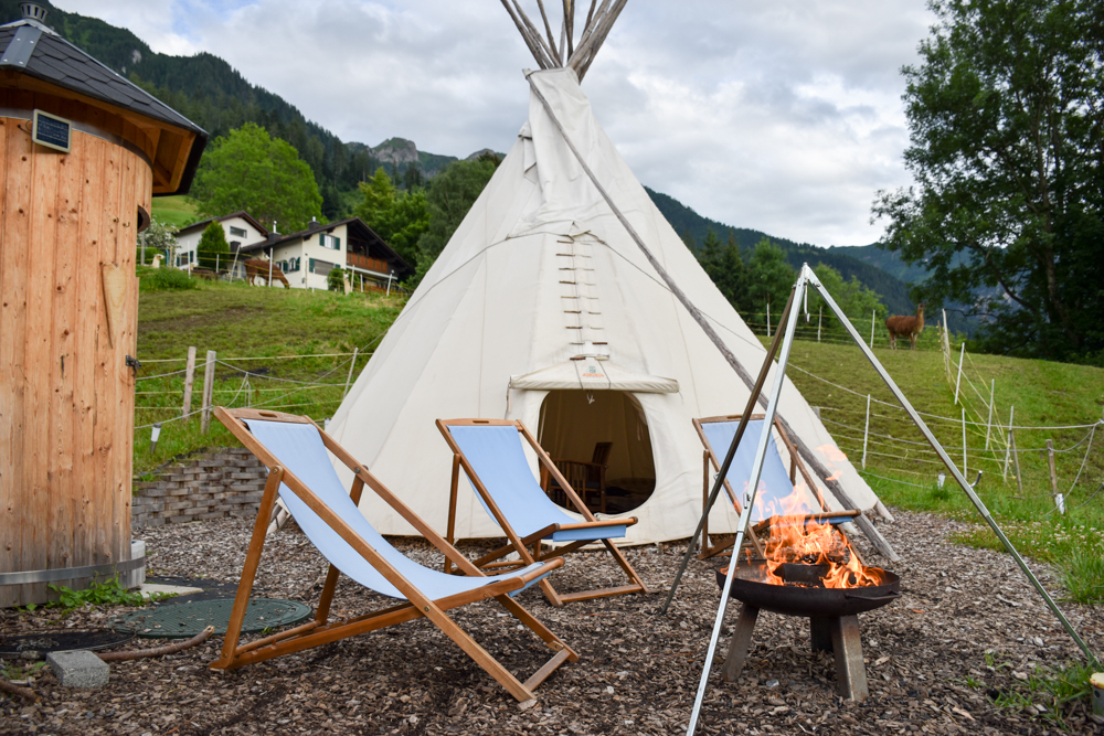 Lamatrekking Tipi Übernachtung Liechtenstein Feuer vor dem Tipi