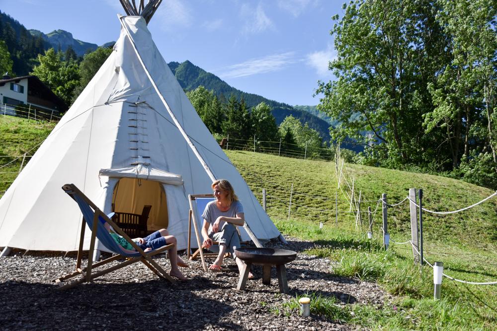 Lamatrekking Tipi Übernachtung Liechtenstein Gemütlichkeit vor dem Tipi