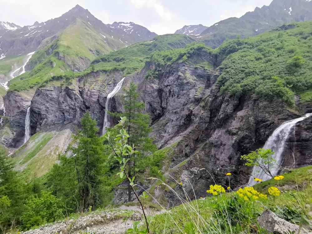 Ausflugstipp Wanderung Wasserfallarena Batöni Heidiland Schweiz Aussicht auf 3 Wasserfälle