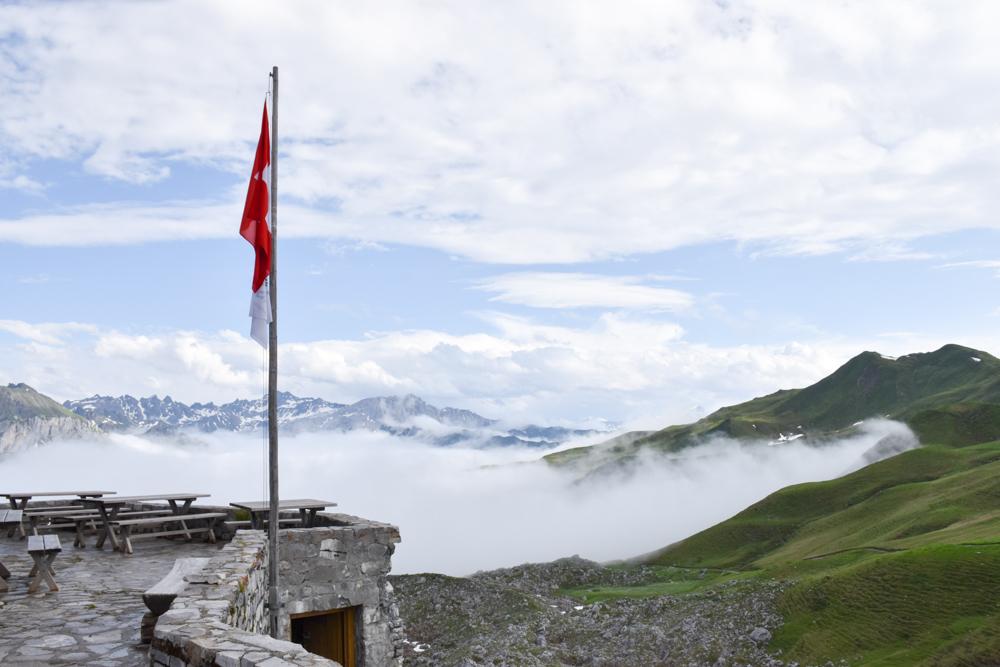 Carschinahütte SAC mit Kindern Prättigau Graubünden Schweiz Ausblick von der Terrasse