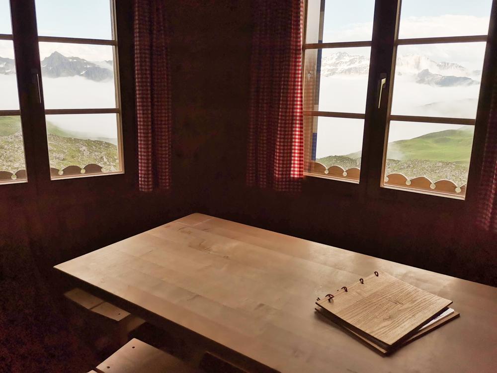 Carschinahütte SAC mit Kindern Prättigau Graubünden Schweiz Essen mit Aussicht