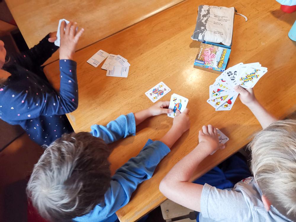 Carschinahütte SAC mit Kindern Prättigau Graubünden Schweiz Kartenspiel