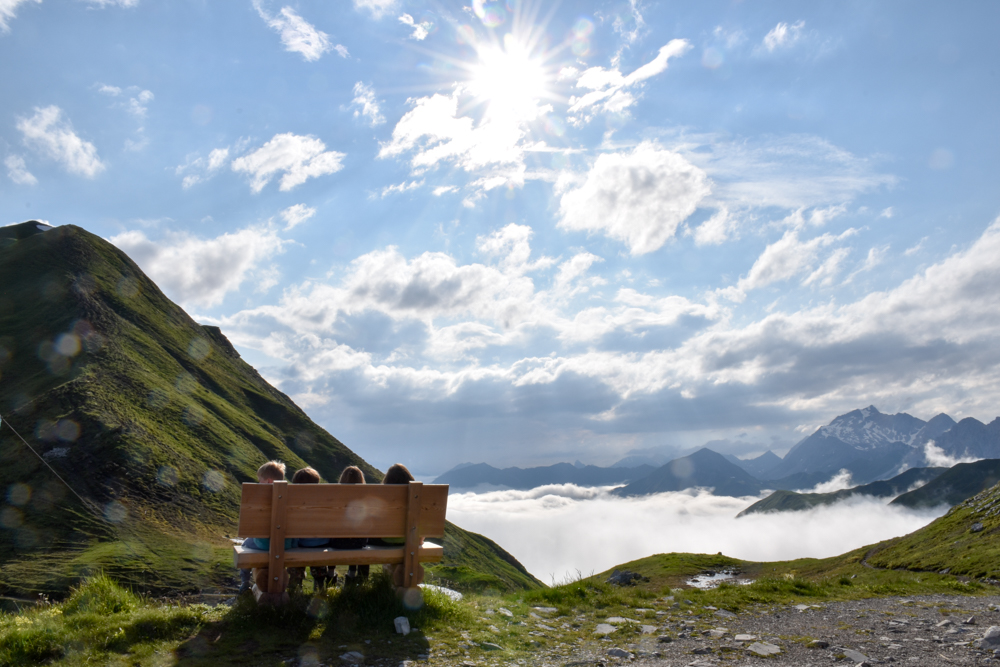Carschinahütte SAC mit Kindern Prättigau Graubünden Schweiz Kinder geniessen den Ausblick