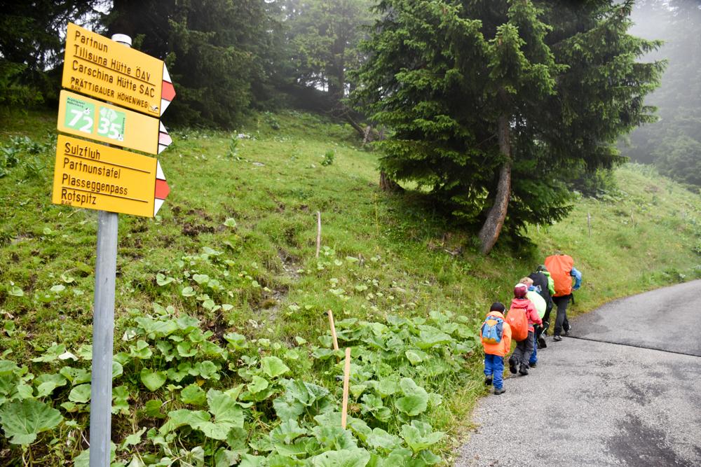 Carschinahütte SAC mit Kindern Prättigau Graubünden Schweiz Start der Wanderung