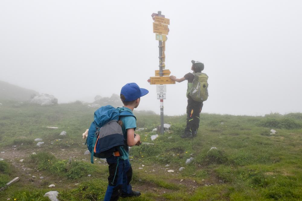 Carschinahütte SAC mit Kindern Prättigau Graubünden Schweiz Wegweiser im Nebel