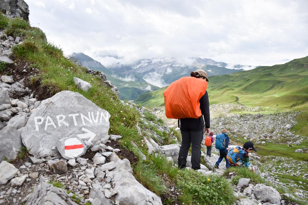 Carschinahütte SAC mit Kindern Prättigau Graubünden Schweiz Wegweiser nach Partnun