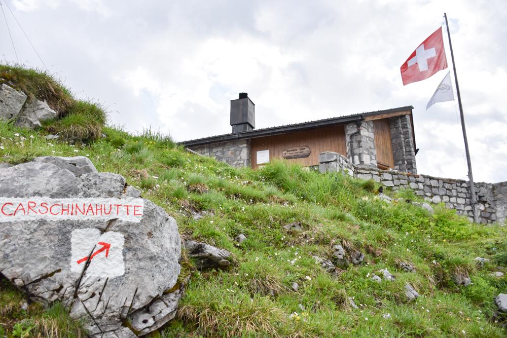 Carschinahütte SAC mit Kindern Prättigau Graubünden Schweiz Wegweiser zur SAC Berghütte