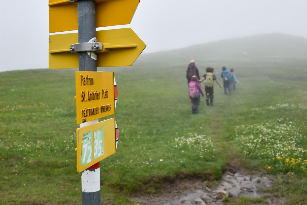 Carschinahütte SAC mit Kindern Prättigau Graubünden Schweiz durch den Nebel nach Partnun